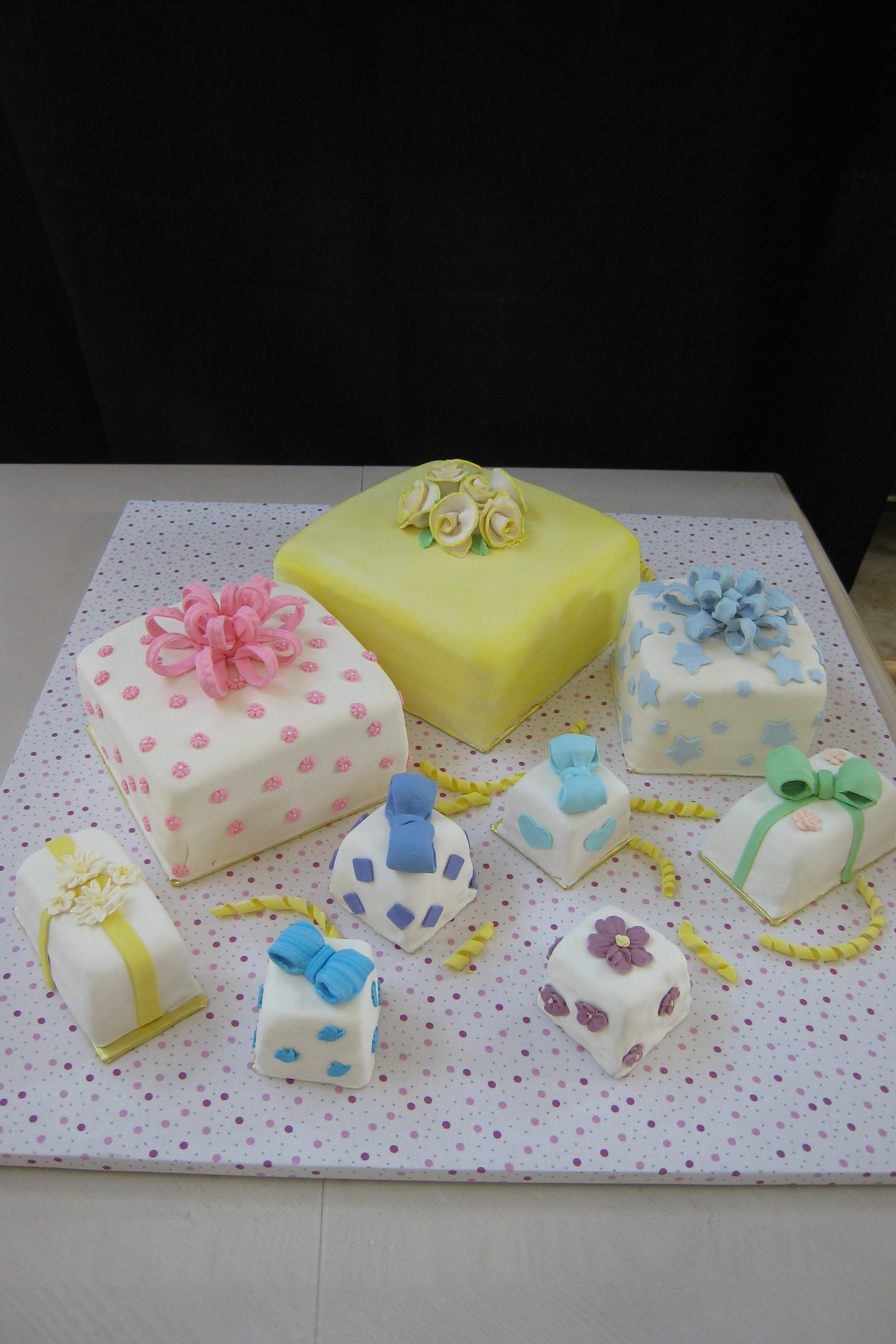 4860 Lots of present cakes - Copy